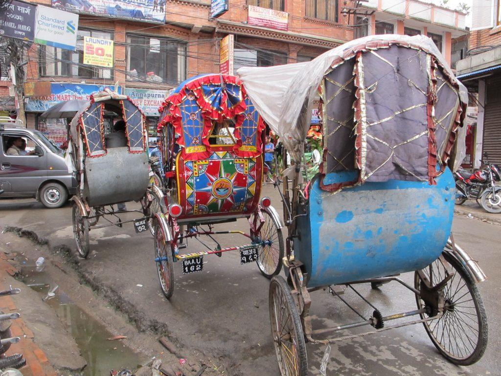 Riskas en Thamel, el barrio de los mochileros y turistas en Kathmandu. Viajar a Nepal. Valle de Kathmandu