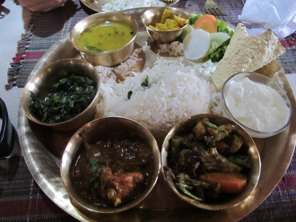 Comer comida newari en Katmandu. Viajar a Nepal. Valle de Kathmandu