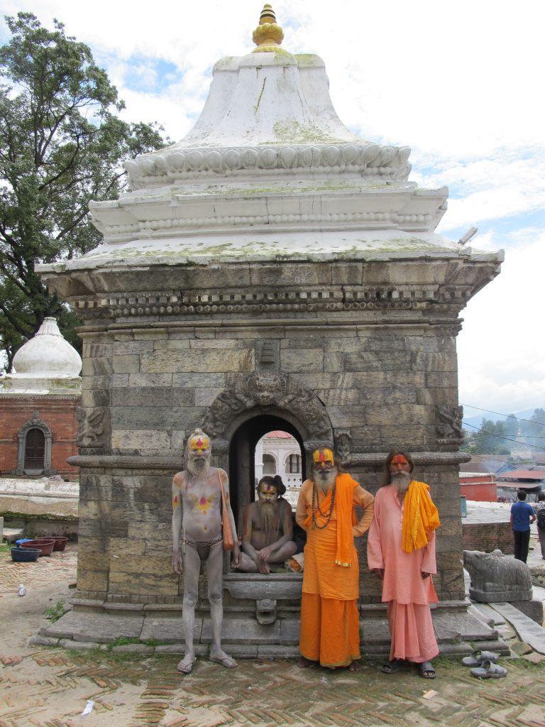 babas o saddhus en el Templo de Pashupatinath en katmandu. Viajar a Nepal