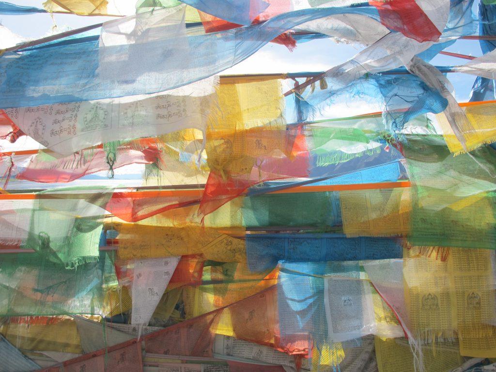 Banderas tibetanas de oraciones en el río Yarlung Tsangpo.