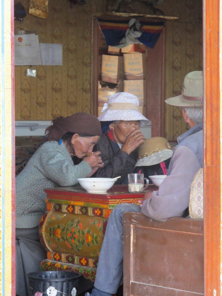 Tibetanas en el Tibet. Viajar al Tibet. Carretera de la Amistad. Friendship highway