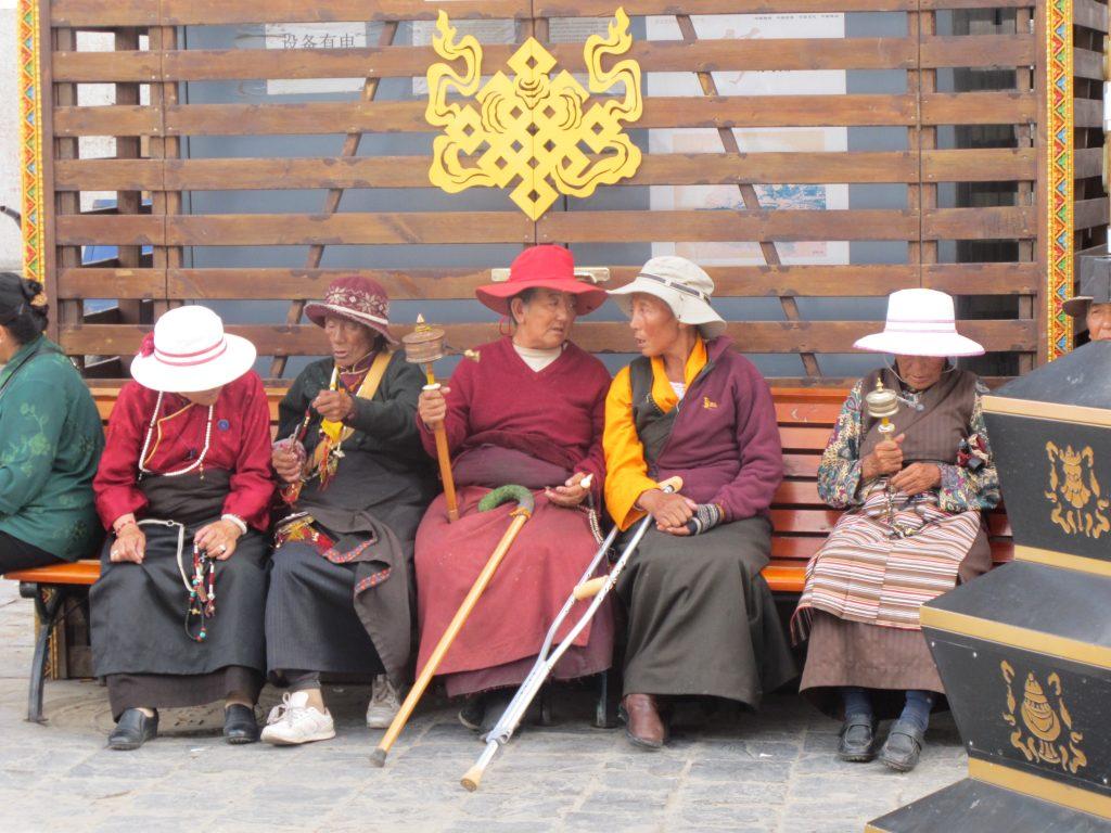 tibetanas en el kora de Barkhor Street en Lhasa, el Tibet. Viajar al Tibet. Viaje al Tibet. Carretera de la Amistad. Friendship highway