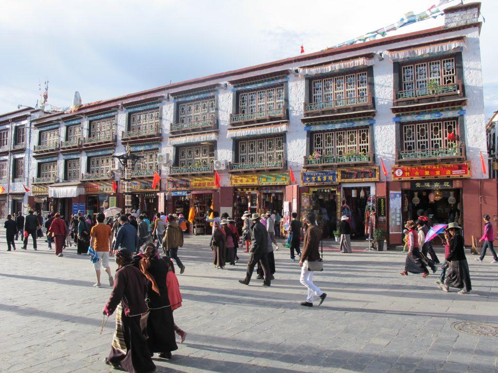 Barkhor Street en Lhasa, el Tibet. Viajar al Tibet. Viaje al Tibet. Carretera de la Amistad. Friendship highway