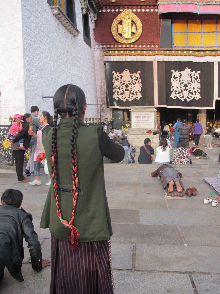Jokhang en Barkhor Street en Lhasa, el Tibet. Viajar al Tibet. Viaje al Tibet. Carretera de la Amistad. Friendship highway
