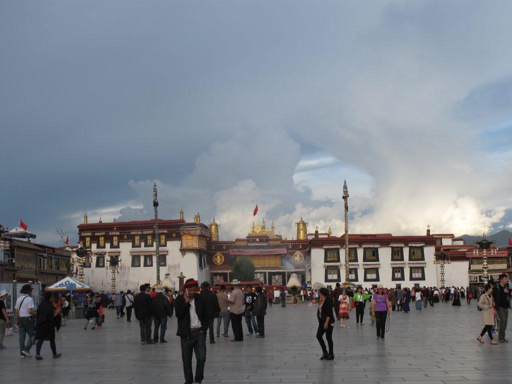 Plaza del Jokhang en Barkhor Street en Lhasa, en el Tibet. Viajar al Tibet. Viaje al Tibet. Carretera de la Amistad. Friendship highway