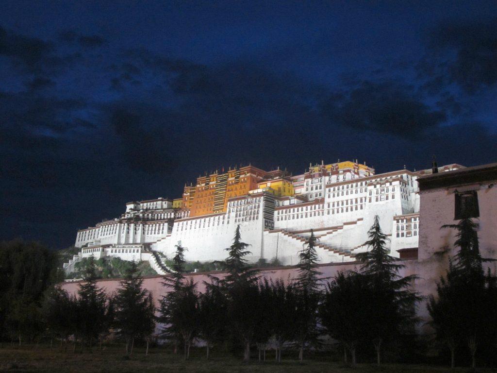 Palacio del Potala el Lhasa de noche, el Tibet. Viajar al Tibet. Viaje al Tibet. Carretera de la Amistad. Friendship highway