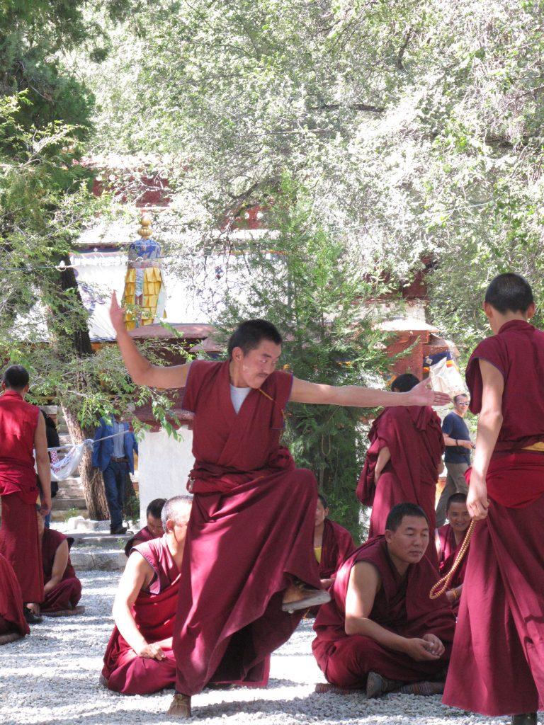 Monjes en el Monasterio de Sera en Lhasa en el Tibet. Viajar al Tibet. Viaje al Tibet. Carretera de la Amistad. Friendship highway. Viajar a China.