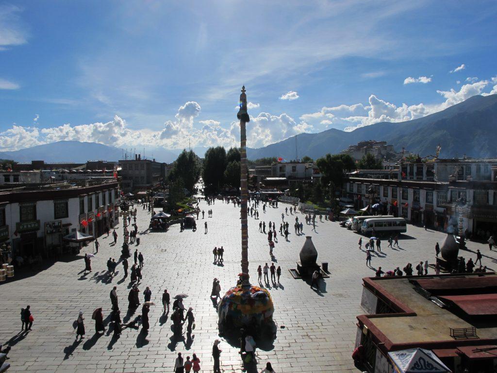 Visitar el Palacio del Potala en Lhasa en el Tibet. Viajar al Tibet. Viajar a China. Viaje al Tibet. Carretera de la Amistad. Friendship highway. Vistas desde el Jokhang. Barkhor Street.