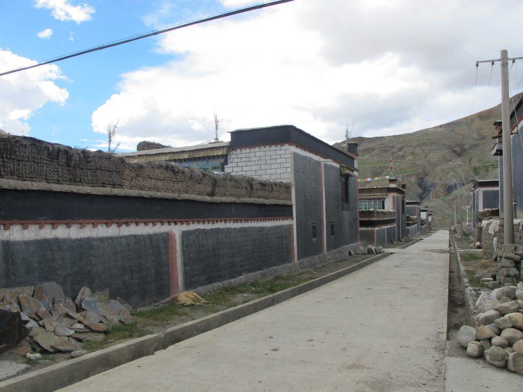 calle de Sakya, en el Tibet. Monasterio de Tashilhunpo, sede de los Panchen Lamas, en el Tibet. Shigatse. Viajar al Tibet. Viaje al Tibet. Carretera de la Amistad. Friendship highway