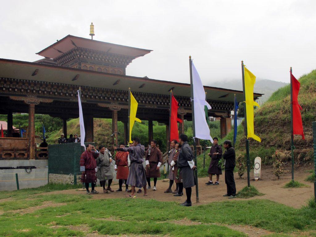 Tiro con arco en Butan.  Deporte Nacional de Butan. Viaje a Bhutan. Viajar a Butan