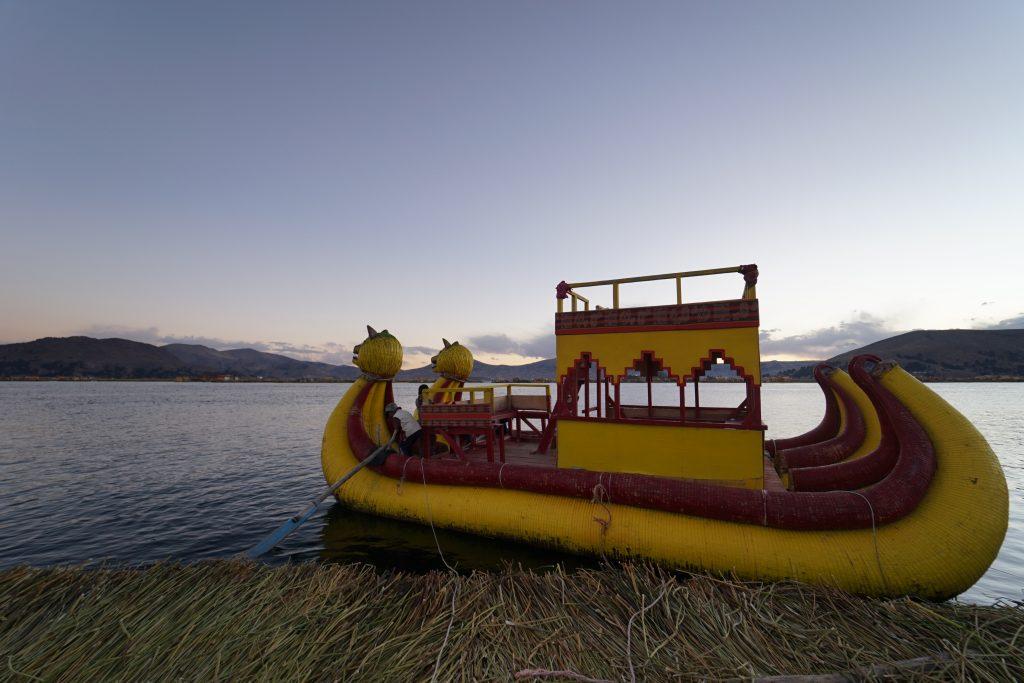 Lago Titicaca. Puno, Peru. Islas Flotantes de los Uros. Cómo ir a las Islas Flotantes de los Uros. Barco construido de unos