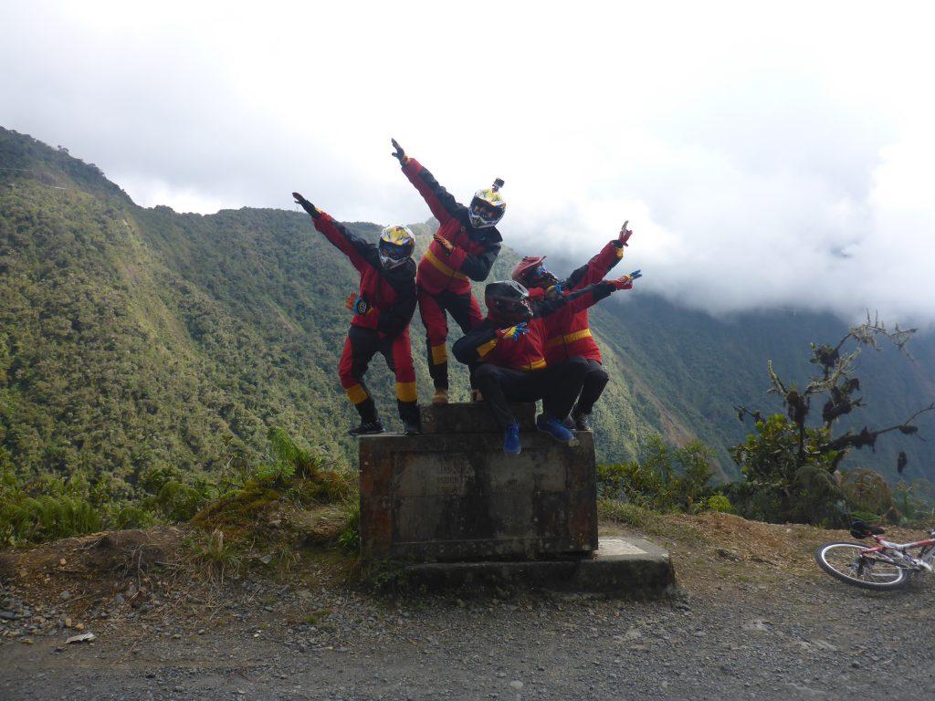 Camino a Los Yungas o Carretera de la Muerte en bicicleta. Bolivia