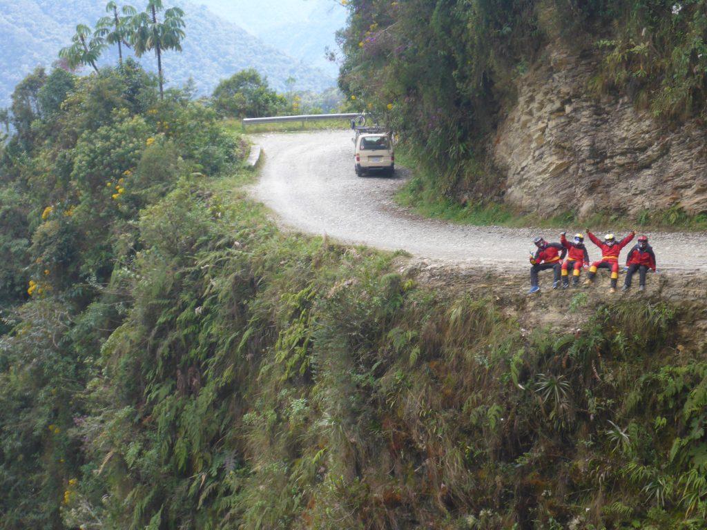 Curva del Diablo. Camino a Los Yungas o Carretera de la Muerte en bicicleta. Bolivia