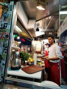 los mejores Quebabs de Berlín, el Mustafa's Gemuese Kebab. comer en berlin.