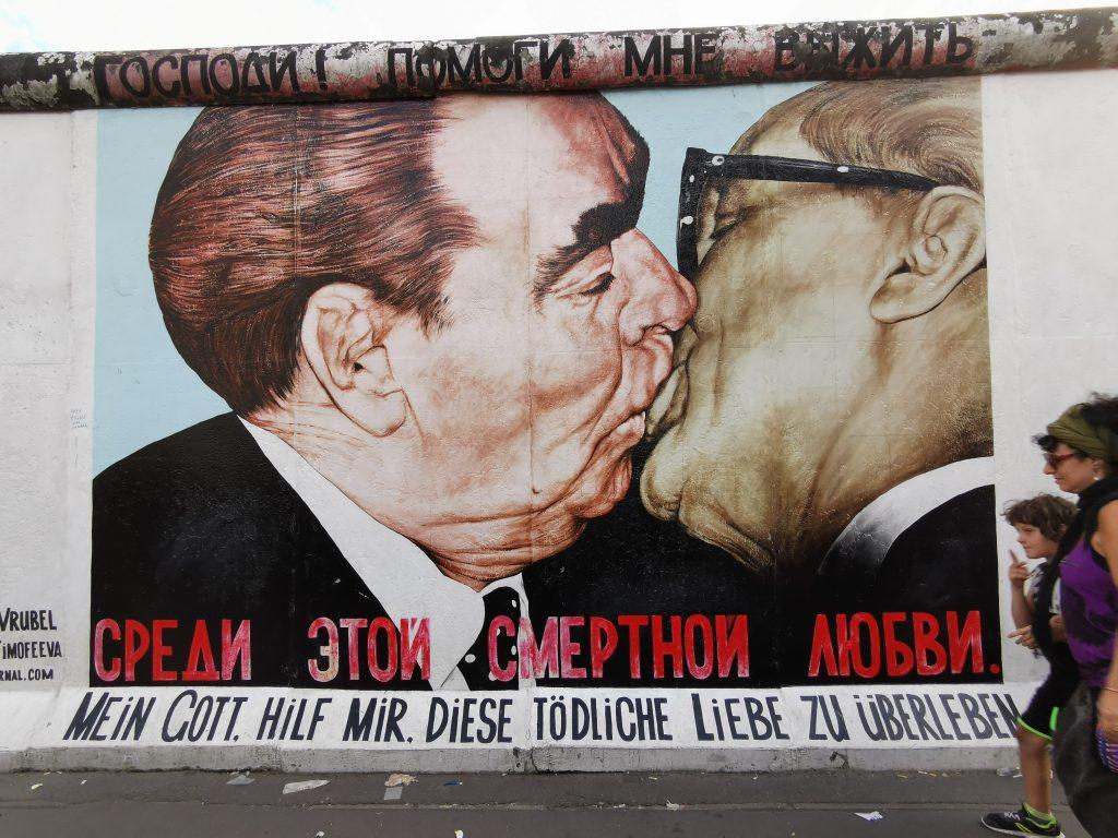 muro de berlin, East Side Gallery, viajar a berlin, 3 dias en berlin, 4 días en berlin, 2 dias en berlin, besos entre el líder ruso Leonid Brezhnev y Erich Honecker, líder de la RDA, el Trabant, el coche azul